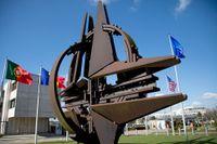 Natos symbol och flaggor utanför Natos högkvarter i Bryssel. Sten Tolgfors skriver att Sverige bör bli medlem.