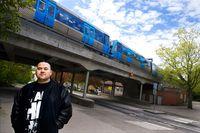 Salla Salazar vid tunnelbanan i Hägersten. Ljudet får honom att må bra, eftersom han har åkt tunnelbana sedan han var liten.