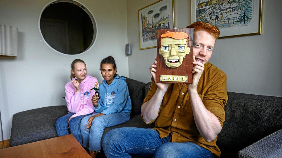 Mauri har aldrig gillat att bygga lego själv, men att kolla på när andra gör det tycker han om. Porträttet har en av de tävlande gjort till honom.