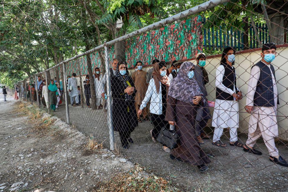 Afghaner köar vid passkontoret i Kabul för att få ett pass.