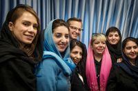 Efter en snabb lunch på Ericssons kontor träffar Mikael Damberg kvinnor som är anställda på telekomjätten i Teheran.