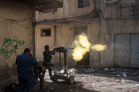 Irakiska federala poliser här i strid mot IS i Mosul. Svenskar som stridit för IS i Irak bör också kunna dömas där, säger flera svenska politiker.