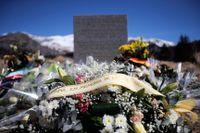 Blommar vid platsen för det störtade Germanwingsflygplanet i de franska Alperna.