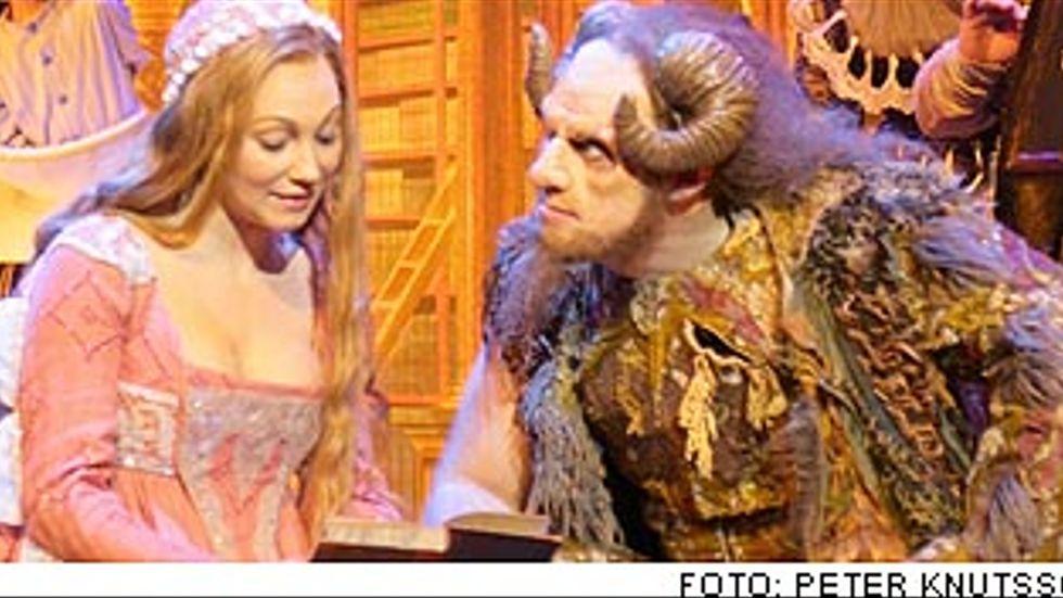 Charlotte Perelli som Skönheten och Fred Johanson som Odjuret i slottets bibliotek.