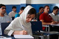 En ung kvinna studerar tillsammans med unga män på Kardan University i Afghanistans huvudstad Kabul. Bilden är från 2013. När det nya talibanstyret nu tagit över tillåts inte samundervisning i landet. Arkvbild.