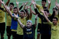 Diego Maradona tillsammans med spelarna i sitt nya lag Dorados.