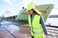 Vänsterpartiets partiledare Nooshi Dadgostar i Oxelösunds hamn och på SSAB, som är första anhalt på hennes industriturné. Här ska ståljätten börja leverera fossilfritt stål i stor skala från och med 2026.