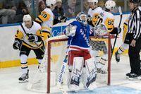 New York Rangers-målvakten Henrik Lundqvist är uppgiven efter att ha släppt in ett sjätte mål mot Pittsburgh.