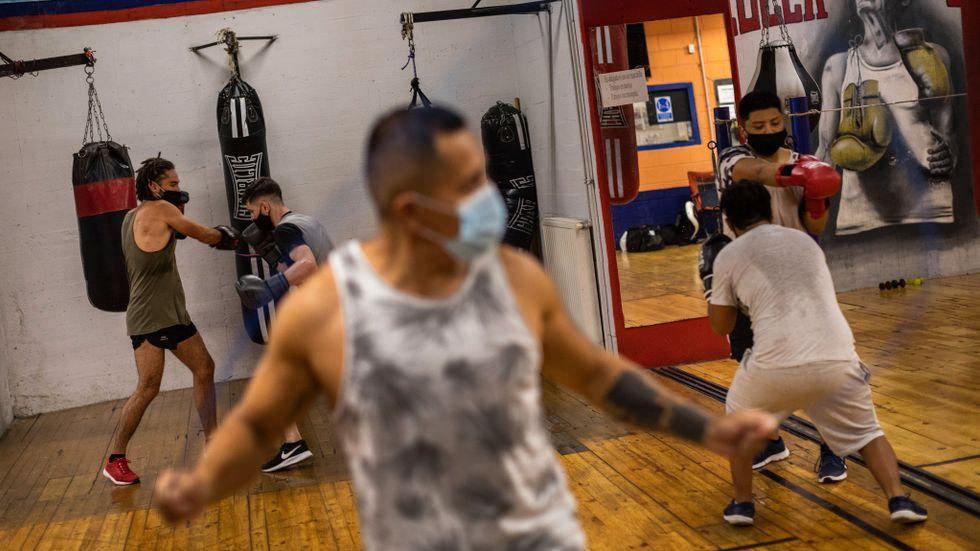 En covidsjuk man gick till gymmet i Spanien och smittade andra. Personerna på bilden hör inte till artikeln.