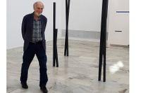 """Lars Olof Loeld i sin utställning """"Vid stranden av solnedgången uppmärksammas tystnaden"""" på Norrköpings konstmuseum."""