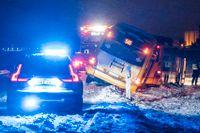 Polis och bärgare på plats där bussar blåst i diket på riksväg 118 vid Torsebo utanför Kristianstad i nordöstra Skåne i det ymniga snöfallet och hårda vinden på onsdagskvällen.