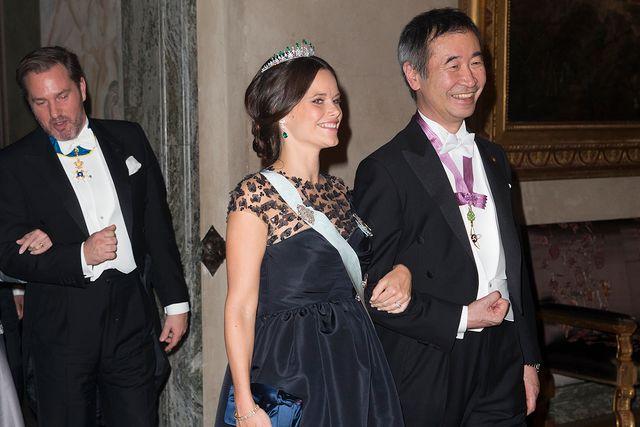Prinsessan Sofias klänning var i det dyraste laget. Här ser vi henne tillsammans med nobelpristagaren i fysik 2015, Takaaki Kajita.