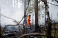 Räddningstjänsten bekämpar skogsbranden vid Ulvsbo nordväst om Sala. Arkivbild.