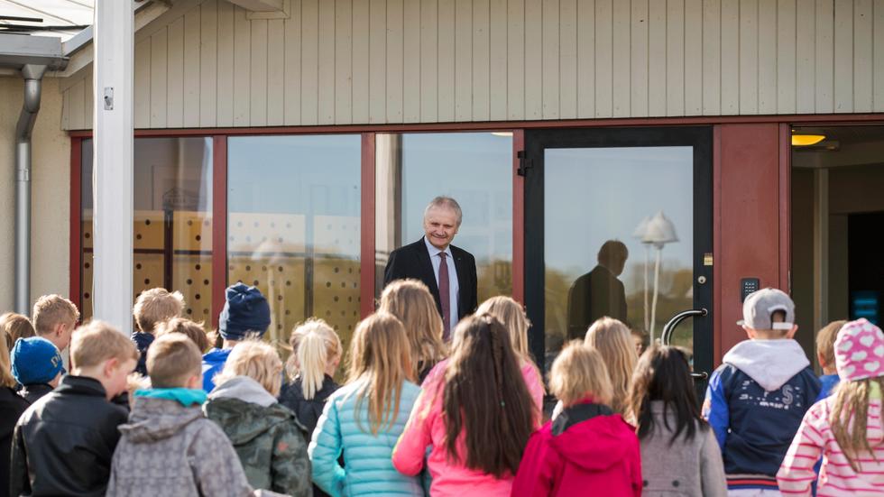 """NIBEs vd Gerteric Lindquist hälsar tredjeklassare välkomna till NIBE. De får både rundvisningar i produktionen samt får sitta på """"Gerterics skolbänk"""" för lite NIBE undervisning.Självklart avslutas det med en """"mellis""""."""
