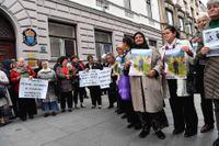 Bosniska överlevarorganisationer protesterar utanför Sveriges ambassad i Sarajevo. Arkivbild.