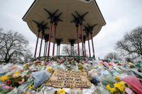 Blommor och minneshälsningar i grönområdet Clapham Common, där mördade Sarah Everard försvann i mars.