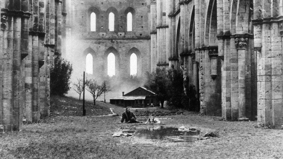 """Den ryske filmskaparen Andrej Tarkovskij är en av John Sjögrens referenser i en essä om skönhet och nostalgi i konsten. Här en drömscen ur Tarkovskijs """"Nostalgia"""" från 1983."""