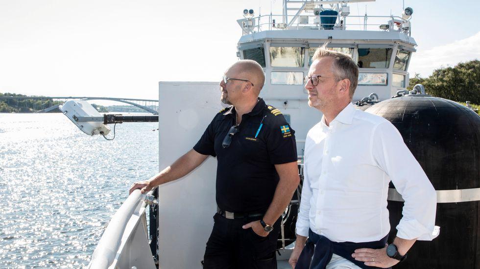 Inrikesminister Mikael Damberg och Johan Berggren, befälhavare på Kustbevakningens fartyg KBV 031,  vid Norr Mälarstrand den 29 juli i år.