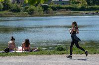 En kvinna joggar på Djurgården i Stockholm. Och för en kamp med sin hjärna.