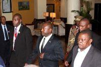 Burundis president Pierre Nkurunziza (i mitten) kunde återvända till landet i triumf efter att kuppförsöket slagits ned. På bilden befinner han sig på flygplatsen i Dar es Salaam, Tanzania.