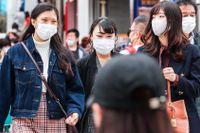 """Den som inte bär munskydd i Tokyos kollektivtrafik kan bli tillsagda av """"återhållsamhetspoliser""""."""