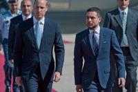 Jordaniens kronprins Hussein tar emot Storbritanniens prins William i Jordaniens huvudstad Amman, där prisen inleder sin fem dagar långa rundresa i Mellanöstern.