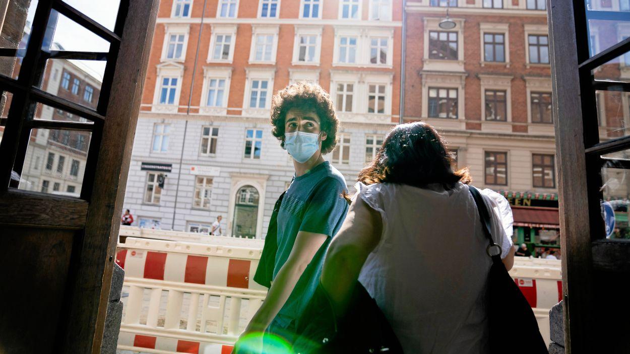Många bär munskydd på Hovedbanegården, Köpenhamns centralstation.
