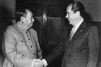 Mao och Nixon skakar hand, den 21 februari 1972.