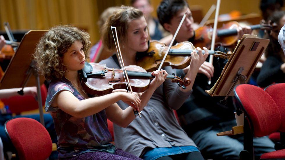 Sveriges nationella ungdomssymfoniorkester repeterar i Berwaldhallen.