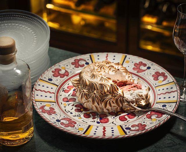 Bomba – en italiensk smakexplosion med hallon- och myntagelato, pistabebotten och italiensk maräng som bränns av vid bordet.