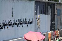 En väggmålning i Kabul ersätts med talibansk propaganda.