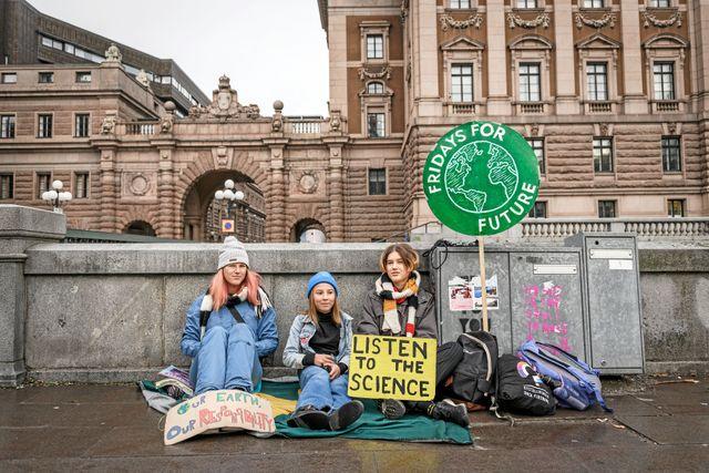 Livia (i mitten) strejkar utanför riksdagen tillsammans med Isabelle och Sofia som också är med i Fridays for future.
