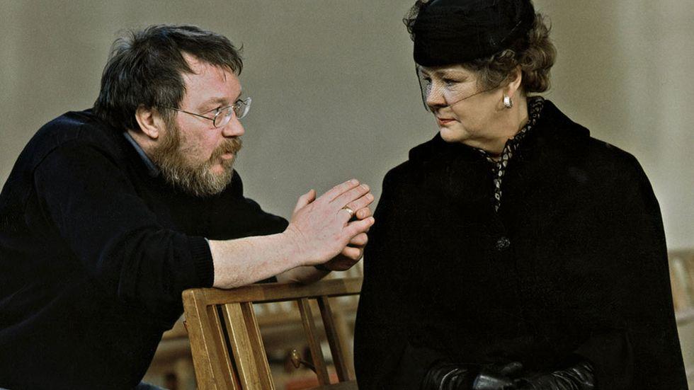 """Regissören Lars Molin (1942-1999) och Mona Malm under inspelningen av tv-filmen """"Den tatuerade änkan"""" 1998."""