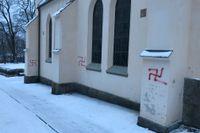 Stora Kopparbergs kyrkogård i Falun har vandaliserats med hakkors.