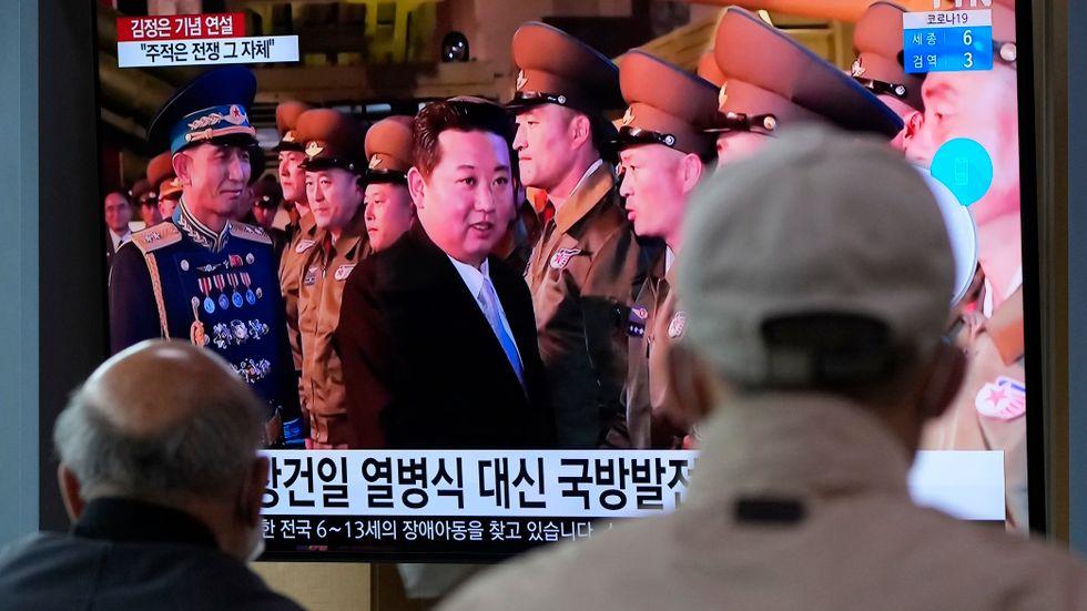 Nordkoreas diktator på en tv-skärm i Seoul, Sydkorea.