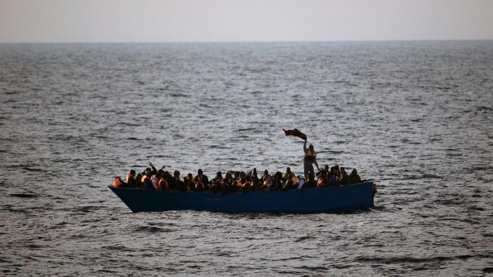 Migranter på en liten båt utanför Libyens kust. Arkivbild.