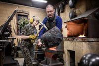Juniorreporter Beatrice, 11 och Albert, 45. Beatrice fick testa att hamra och forma det varma stålet.