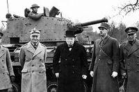 Storbritanniens premiärminister Winston Churchill under en stridsvagnsuppvisning i England i februari 1941. Till vänster om honom general Wladyslaw Sikorski, premiärminister för den polska exilregeringen i London, och till höger general Charles De Gaulle, ledare av Fria Frankrike.