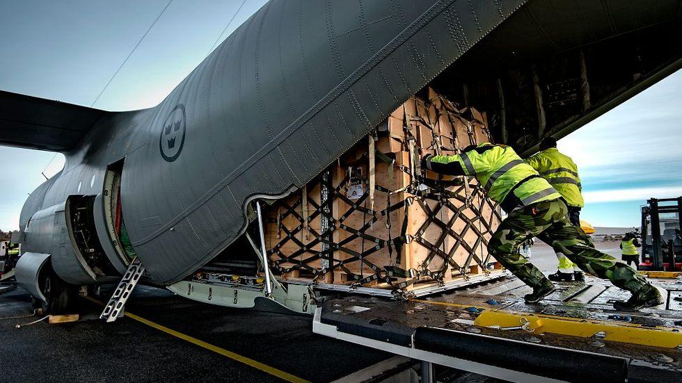Ett Herculesplan lastas med hjälpsändning till Fillipinerna efter tyfonen Haiyan, 2013.