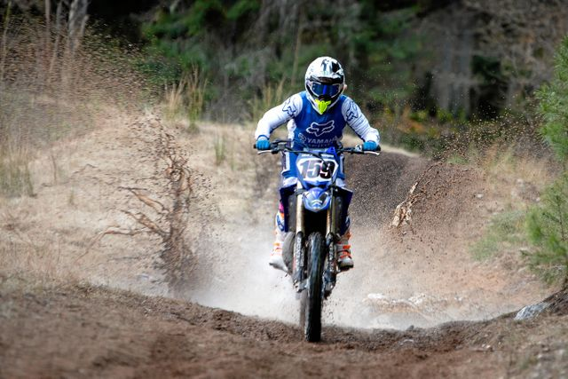 Motocross är en snabb och actionfylld sport och det finns en risk att man skadar sig. Izabella har brutit nyckelbenet två gånger trots att hon och Paul tänker mycket på säkerheten när de kör.