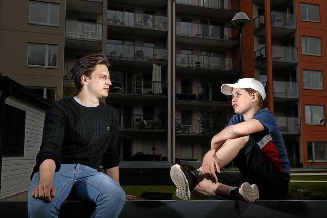Juniorreporter Nora älskar att kolla på Youtube. Emil Hansius är en av hennes favoriter. Foto: Peter Holgersson.