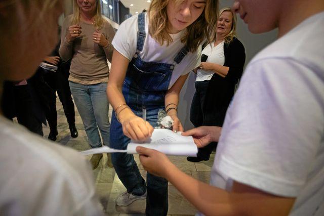 Margaux fick skriva autografer på Bokmässan.