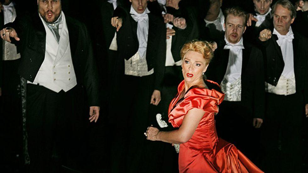 Tina Kiberg är återhållet intensiv i rollen som Elisabeth.