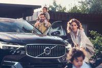 Fares Fares och Ana Gil de Melo Nascimento spelar stressade småbarnsföräldrar i Volvos nya reklamkampanj.