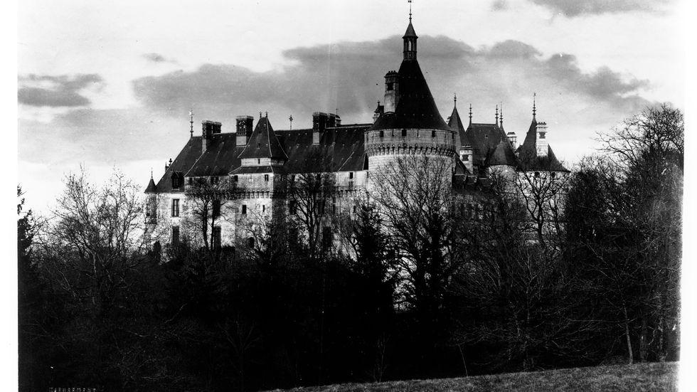 """""""'Av ingen kvinna född' utspelar sig i en odefinierad tid, men har tydliga 1800-talsdrag av mystik och gotik."""""""