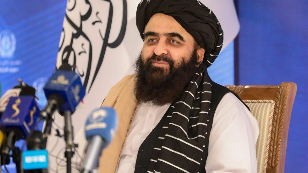"Talibanregimens ""utrikesminister"" Amir Khan Muttaqi under tisdagens presskonferens i Kabul."