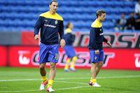 Zlatan Ibrahimovic och Anders Svensson värmer upp inför landskampen mot Kina på Olympia. Bara en av dem fick starta.
