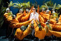 """Joel Annmo och Kungliga Operans kör i """"Candide"""" på Kungliga Operan."""