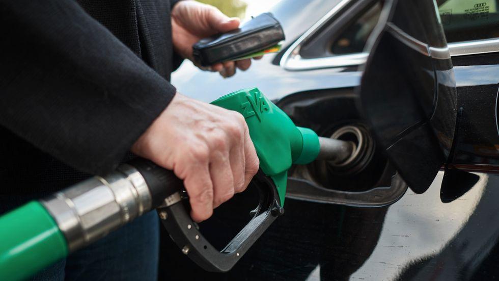 Regeringen, C och L vill att det ska tankas mer biodrivmedel framöver. Arkivbild.