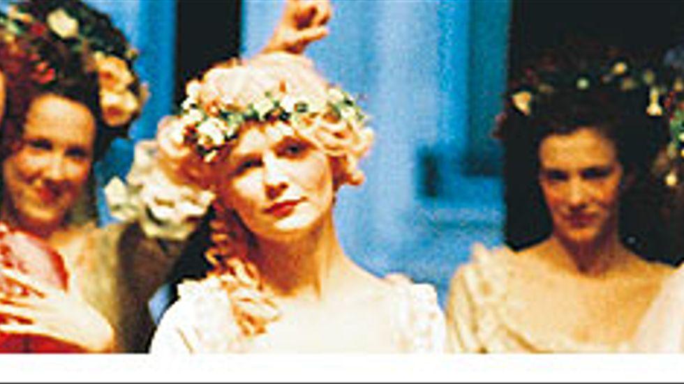 Kirsten Dunst är utmärkt som den fnissiga och osäkra Marie-Antoinette som gör entré i det stela franska hovet.
